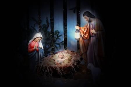 17594119-scène-de-la-nativité-avec-joseph-marie-et-l-enfant-jésus-dans-une-mangeoire